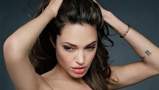 Порно снимки на Анджелина Джоли от откраднатия телефон на Брад Пит превземат света!