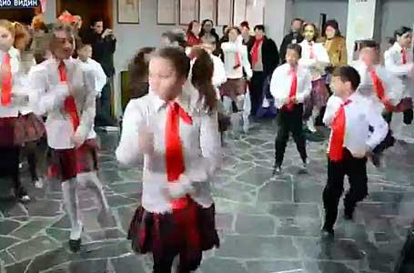 Ужас! Деца танцуват кючек с червени връзки в община Видин!