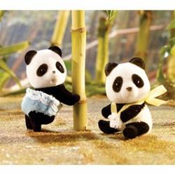 Две еднакви плюшени играчки гарантират щастливо бебе
