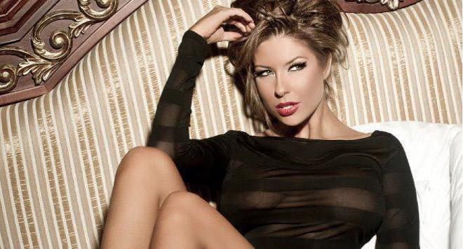Андреа се разчекна гола на легло, като поздрав за Facebook феновете си!
