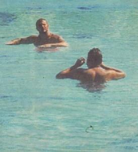 Азис е добър плувец, но мускулестият младеж му преподава нови стилове.