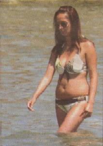Крехката Bиkи крачи към бреза, показвайки на плажуващите на Силистар наедряло коремче и паласки.