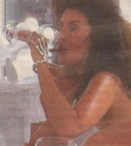 Дарина пийва шампанско в СенТропе. Милионерката е неузнаваема с новия си имидж