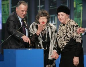 """Стоянка Мутафова (в средата) получава наградата """"Георги Калоянчев"""" от вдовицата на Калата Валя и сина му Ивайло"""