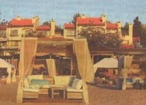 """Тук си почива Лили Иванова. Грандамата се излежава на частния плаж към комплекс """"Оазис"""". За да се предпази от папараците, Лили разчита не само на плътните бели завеси на шатрата си, а и на бдителността на охранителите си"""