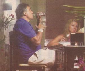 Докато неговата спътница похапваше салата от домати с бяло вино, певецът жадно пийваше диетична кока-кола. Той погълна газираната напитка буквално на един дъх, сякаш е рекламно лице на марката.