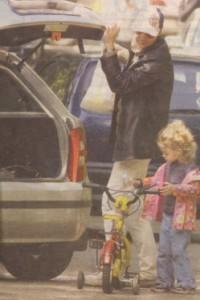 Виктор на разходка в парка с дъщеря си. Тя е плод на любовта му с радиожурналистката Людмила Железова