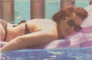 И край басейна, и в него, певицата не се разделя със слънчевите си очила. Въпреки тях обаче не остава неразконспирирана от почитателите си.