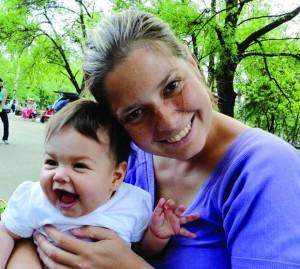 Алекс с дъщеричката си София като бебе