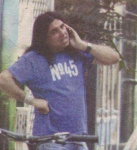 Ризов паркира мерцедеса си и слезе да побъбри по мобилния си телефон. През това време приятелката му търпеливо го чакаше в колата.