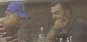 Срещата си Драго Чая u Евгени Минчев поляха с бутилка бяло вино и газирана вода. Алкохолът напълни очите на двамата приятели с блясък.