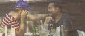 Евгени приятелски слага ръка на рамото на Драго Чая.