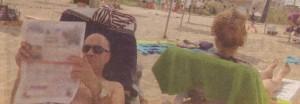 Съпрузите плажуват с гръб един към друг. Мариана се припича на слънце, а Георги се крие на сянка.