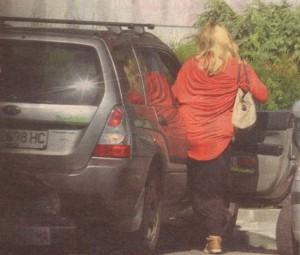 Крумова се качва в субаруто на приятеля си Сотир и двамата отпрашват към дома им.