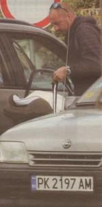 Coтиp внимателно слага на задната седалка в субаруто си бебешкото кошче с малкия Явор.