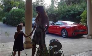 Мария се фука с лъскавото возило във Фейсбук
