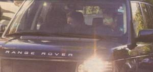 От задната седалка на новия си джип, подарък от Гущеров, чалга дивата чака прислужника си да й асистира в слизането