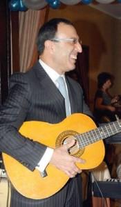 Президентът Петър Стоянов не изневерява на китарата