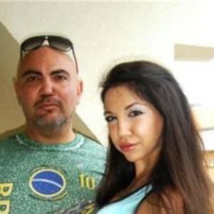 Росен Петров гордо позира с 20 години по-младата от него Карина