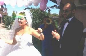 """Женихът на младата звезда на """"Ара"""" се ожени като типична мутра - брадясал и с черни очила"""