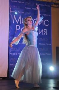 """Антония Петрова на конкурса """"Мисис Свят - Русия 2012"""". Церемонията е ала Митьо Пищова. Тя е проведена в град Енгелс, който го няма указан дори на картата"""