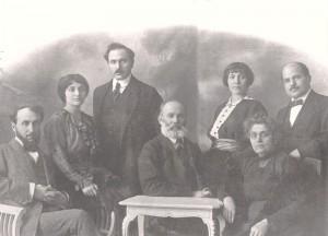 Боян Пенев и Дора Габе със семейството си