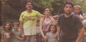 Димитър Коцев - Шошо със семейството си. На снимката отляво надясно са дъщеря му Йоана, синът му Мартин, жена му Радина (майна на Мартин), Кая (дъщеря на приятели), Стефан (големият син на Радина), а на гърба му е малкият Лев (брат на Кая)
