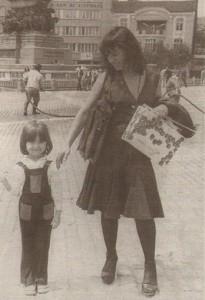 Естрадната легенда през 70-те с дъщеря си, днес именита журналистка