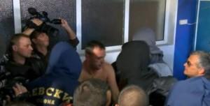 """Качулати Фенове разсъблякоха треньора на """"Левски"""" и го изгониха от пресконференцията"""