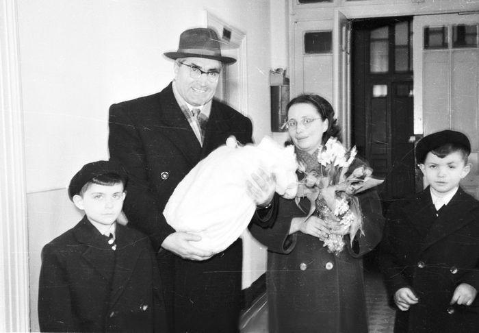 Семейство Пръмови са заедно при изписването на най-малкия син Райчин от родилното. Третият брат във фамилията вече е покойник