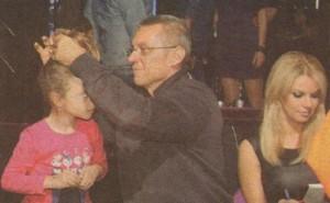 Крум Савов оправя опашката на щерка си Катрин, докато майка й препрочита сценария