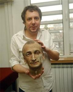 Ненчо Илчев показва част от реквизита на своя кумир
