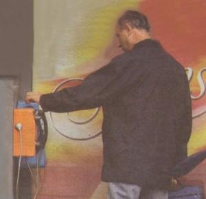 Урумов се е вмъкнал в будката с уличните телефони за да проведе градски разгобор по най-ниската тарифа.
