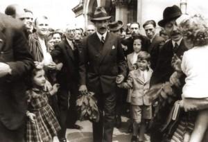 """1943 година. Цар Борис III със сина си Симеон пред храма ,.Св. Александър Невски"""" на Петдесетница"""