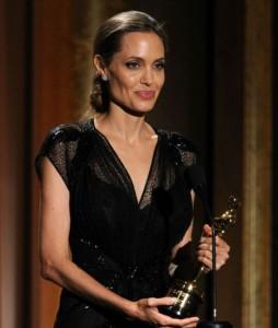 Анджелина Джоли изглеждаше бледа, но усмивката не слизаше от лицето й