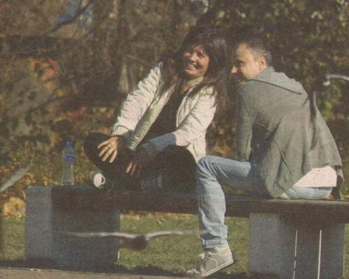 Седнали като влюбени тийнейджъри на една от пейките, Маестрото и изгората му си гукат и се смеят. Дамата искрено се забавлява на лакърдиите на своя ухажор.