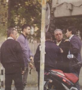 При огледа си на апартаменти край Докторската градина спортистът се засече с легендарния комунистическия министър на културата Георги Йорданов (най-възрастният мьж на снимката), който живее в същия район.