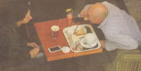 Сърменов лакомо поглъща триъгълни сандвичи, фреш и кафе с мляко, докато съпругата му Бо- ряна пийва само капучино в картонена чашка.