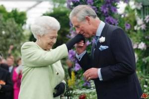 Принц Чарлз с майка си Кралица Елизабет Втора