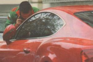 Божинов лъска с кърпичка предния капак на бентлитпо си, въпреки че малко по-рано е минало на автомивка.