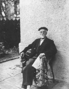 Янко Сакъзов в двора на къщата си през 1939 г.