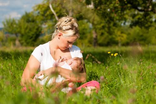 кърмене на новородено