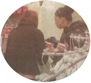 Продавачката в магазина консултира известната си клиентка кои дрешки са подходящи за новородени