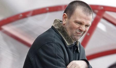 """Стойчо Младенов се конкурира с Черната Златка кой от двамата е по-голям плачко. На треньора на ЦСКА все нещо му е криво, а след загубата от """"Левски"""" си намери оправдание да изгони цели седем футболисти"""