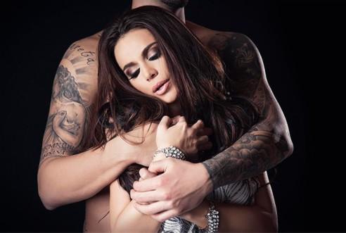 Кадър от новия клип на Алисия, в който тя се гушка в обятията на господин, чието лице остава скрито.