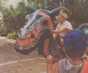 Хлапетата се забавляват край статуя на камила