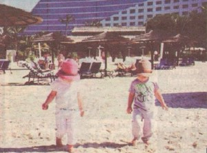 По това време на годината в Дубай е пълно с туристи, но край децата на Киркоров не се забелязва жив човек. Двама гардове отцепвали района в радиус от 100 м около хлапетата