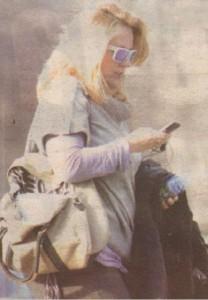 Докато приятелят й Сотир обгрижва хлапето, Лора цъка есемеси на мобилния си телефон. Занемареният външен вид на тв звездата издава,че тя се е посветила изцяло на майчин-ството.