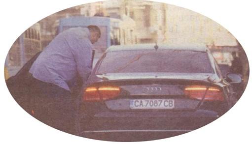 Волейболистът гигант търси личната си карта сред документите си в колата. Издирването на тескерето му отне няколко минути.