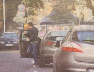 Актьорът илюзионист оставя автомобила си на паркинг и хуква пеш по задачи.